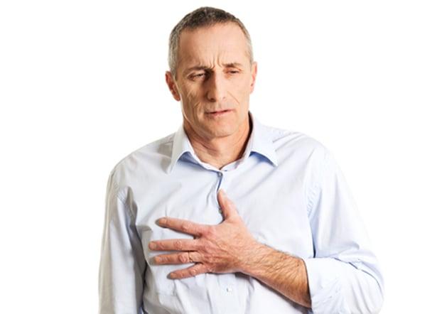 Homme montrant des symptomes de rhume