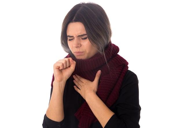 Une femme souffrant d'allergies