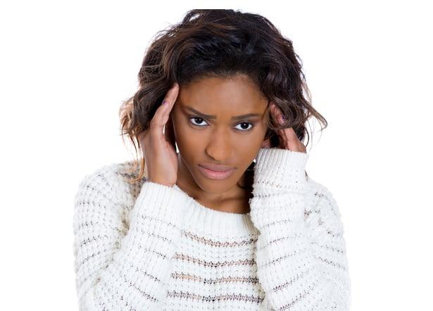 Une femme ayant un mal de tete du aux sinus