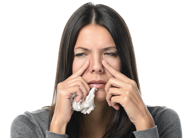 Une femme souffrant de congestion nasale